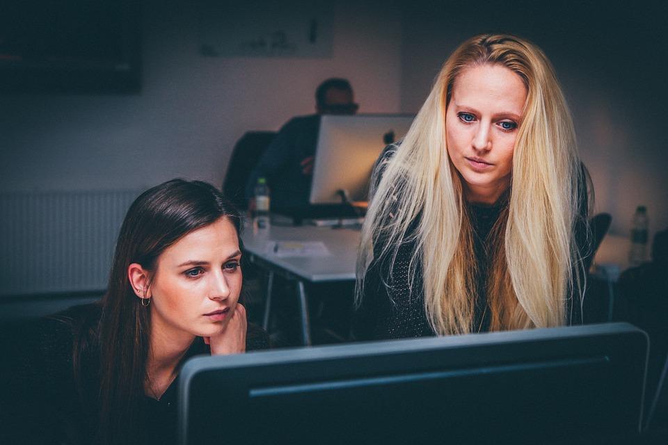¿Puede un trabajador autónomo contratar a un familiar por tiempo indefinido?